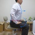背骨が一体になれば、肩こり にならない。椅子に座って重心調整。