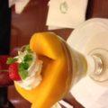 どこ吹く風でマンゴーパフェが美味い。